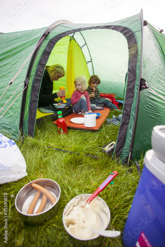 Papiers peints Camping Sweden, Bohuslan, Smogen, Woman with her two children (4-5, 6-7) camping
