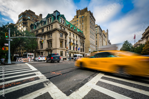 Staande foto New York TAXI Intersection of 5th Avenue and 84th Street in the Upper East Sid