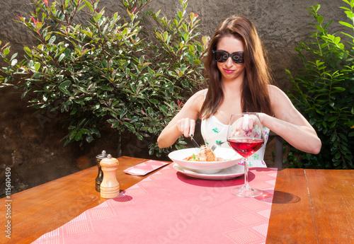 Deurstickers Kruidenierswinkel Lady eating lunch and wine outside on terrace