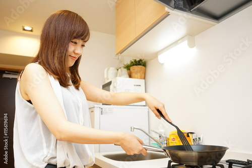 Fotografía  Young Japanese woman cooking foods in a kitchen キッチン 料理 若い 女性 一人暮らし シェアハウス 民泊