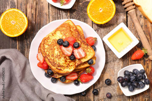 Photo  french toast with berry