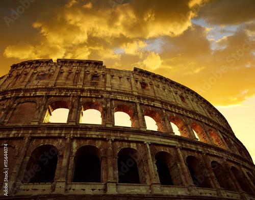 koloseum-w-rzymie-z-zachodem-slonca-niebo-w-tle