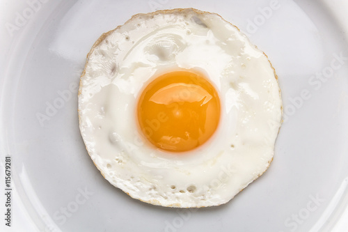 Poster Gebakken Eieren Fried egg on a white plate