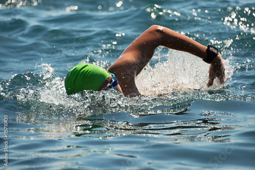 Obrazy Pływanie   man-swimmer-swimming-crawl-in-blue-sea-training-for-triathlon