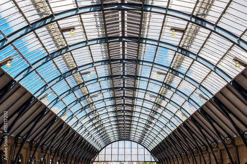 Foto auf Gartenposter Bahnhof Ceiling arch of Kings Cross train station in London, UK
