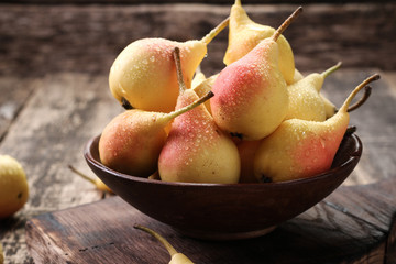 Obraz na Szkle ripe pears on vitage wooden table