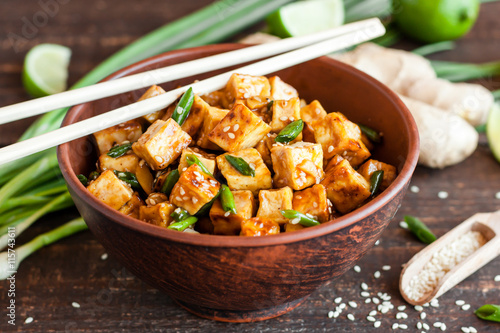 Photo  Fried tofu with sesame seeds and spices