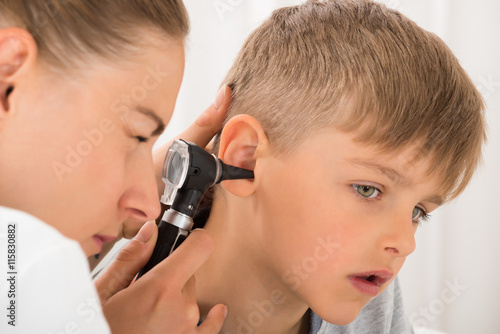plakat Doctor Examining Boy's Ear