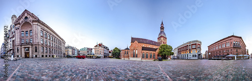 Fotografia  360 degree panoramic Skyline view of Riga old town Dome Square During Dawn time