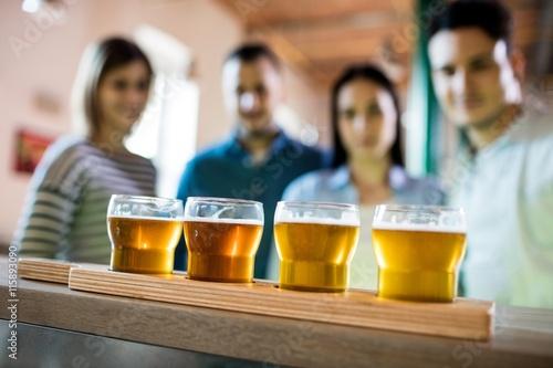 Foto  Friends in front of beer sampler