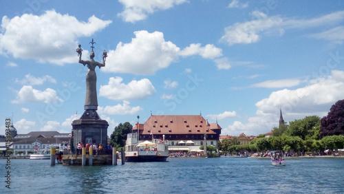 Foto auf AluDibond Port Hafeneinfahrt von Konstanz im Sommer mit Blick auf die Imperia