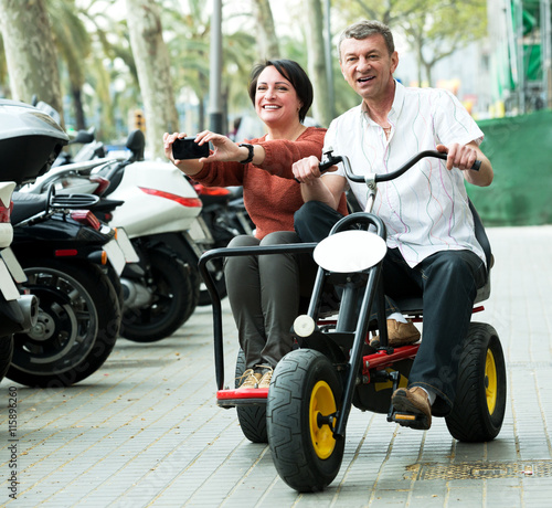 Photo  Couple traveling through city by twin bicycle
