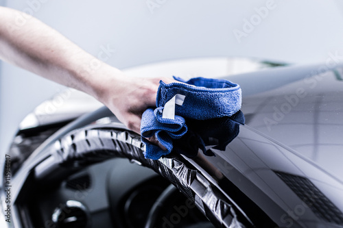 Fotomural professionelle lackaufbereitung an einem auto in einem fachbetrieb