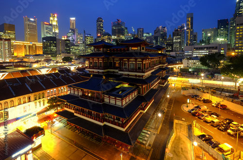Photo  Buddha Toothe Relic Temple in Chinatown in Singapore, with Singapore`s business district in the background