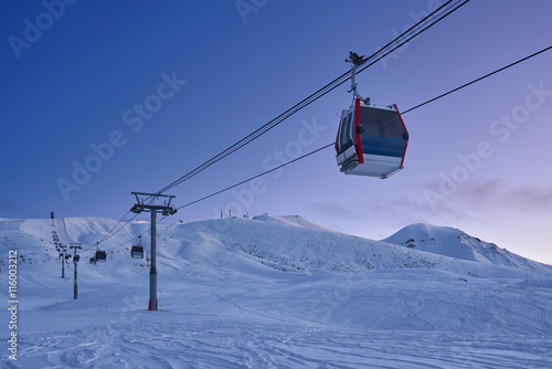 Spoed Foto op Canvas Gondolas Gondola lift in the ski resort in the early morning