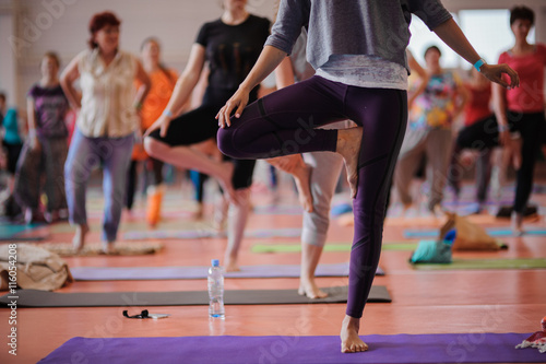 Keuken foto achterwand School de yoga Women practicing yoga at health club