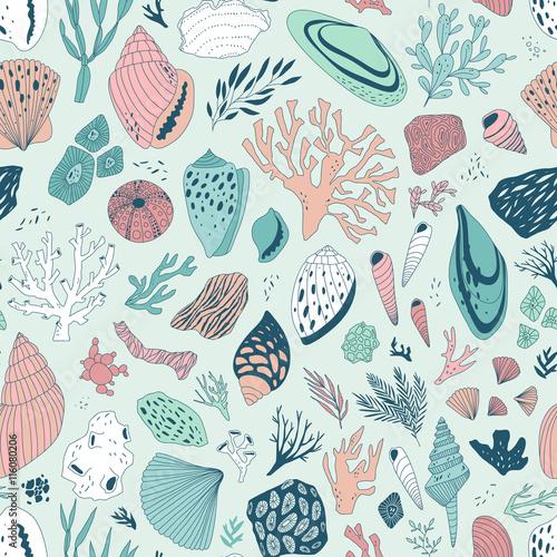 wektor-recznie-rysowane-wzor-z-muszli-i-koralowcow