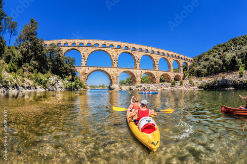 Fotografía Pont du Gard with paddle boats is an old Roman aqueduct in Provence, France