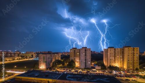 Plakat Wiele Lightnings Over Osiedle. Nocna burza w mieście.