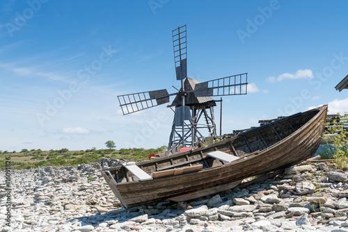 Aluminium Prints Mills Ruderboot und historische Schleifmühle bei Jordhamn, Insel Öland, Schweden