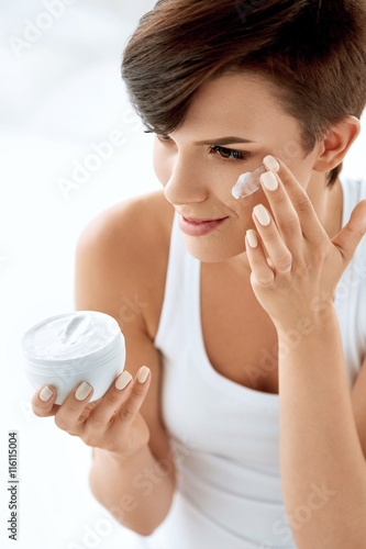 Fotografie, Obraz  Beauty Skin Care. Beautiful Woman Applying Cosmetic Face Cream