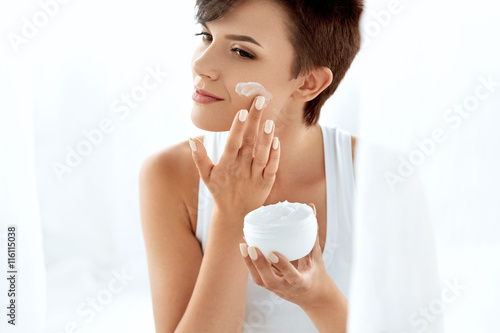 Fotografie, Obraz  Beauty Skin Care. Beautiful Woman Applying Cosmetic Face Cream