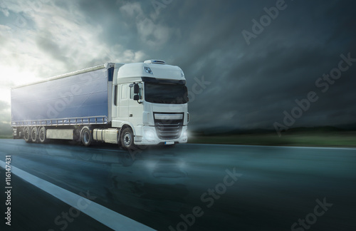 Fotografía  Truck auf nasser Fahrbahn