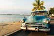 Oldtimer am Strand von Kuba als Hintergrund.