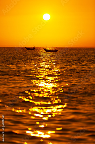 obraz dibond Beautiful Seascape. Tropical Sea Sunset With Boat In Summer