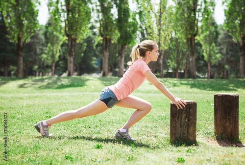 Fotografie, Obraz  Ragazza fa sport esercizi all'aria aperta