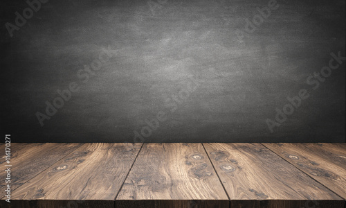 Photographie wooden table with blackboard