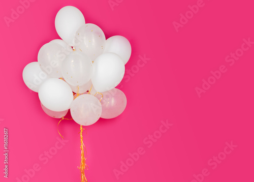 Papiers peints Montgolfière / Dirigeable close up of white helium balloons over pink