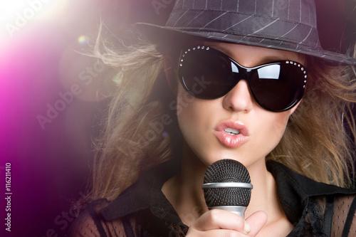 Fotografía  Karaoke Singing Woman