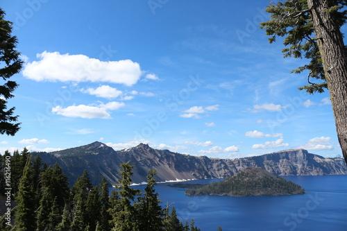Foto op Plexiglas Landschappen Blue Sky Over Crater Lake