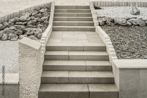 Lieblich Steingarten Mit Treppe Aus Granit Und Massivem Briefkasten     Rockery With  Granite Staircase And