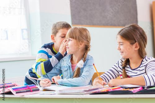 Plakat .Dzieci w szkole - szepczą
