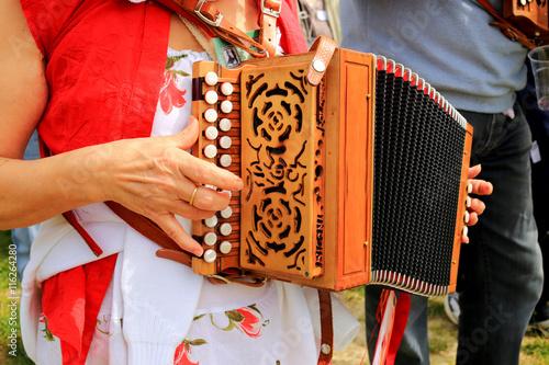 Valokuva  cantastorie con fisarmonica musicista di strada