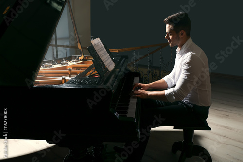 Musician playing piano Fotobehang
