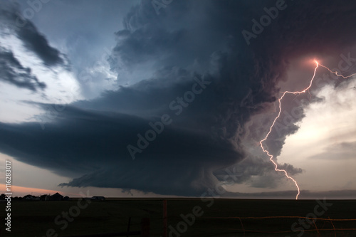 Fotografía Extreme supercell thunderstorm with vivid lightning at dusk over tornado alley