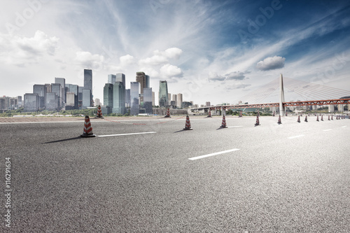 Foto auf Acrylglas Schwan empty road with cityscape and skyline of chongqing in cloud sky