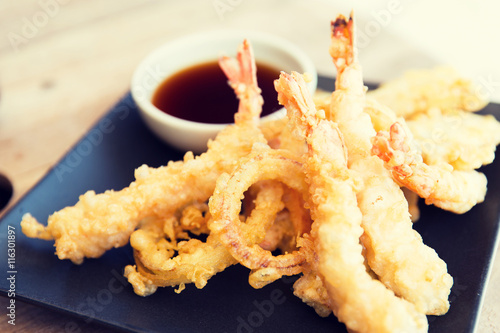 Photo  close up of deep-fried shrimps and soy sauce