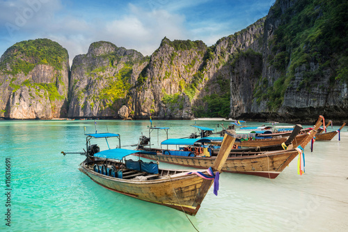 Photo  Thailand sea beach view round with steep limestone hills with ma