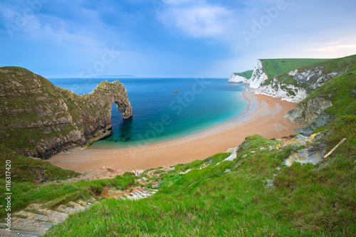 Photo  Durdle Door at the beach on the Jurassic Coast of Dorset, UK