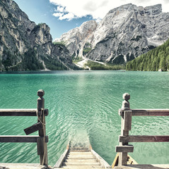 Fototapeta samoprzylepna Holztreppe in den Lago di Braies, Dolomiten