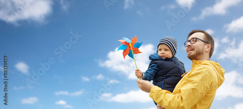 Fotografia, Obraz  happy father and son with pinwheel toy outdoors