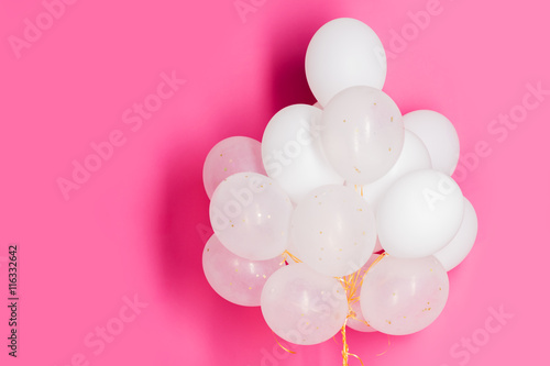Photo  close up of white helium balloons over pink