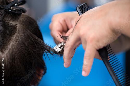 scinanie-wlosow-brzytwa-dlonie-fryzjera