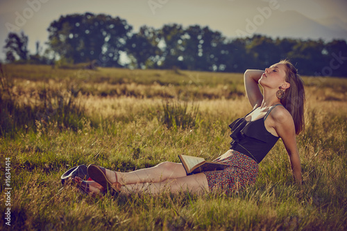 Fotografie, Obraz  Giovane ragazza con cappello, serena al sole in campagna