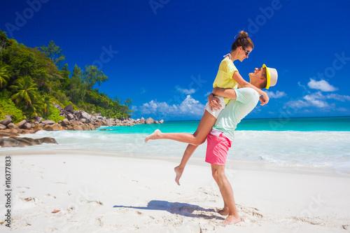 Fotografia  Młoda rodzina zakochana zabawy na tropikalnej plaży Anse Goergette