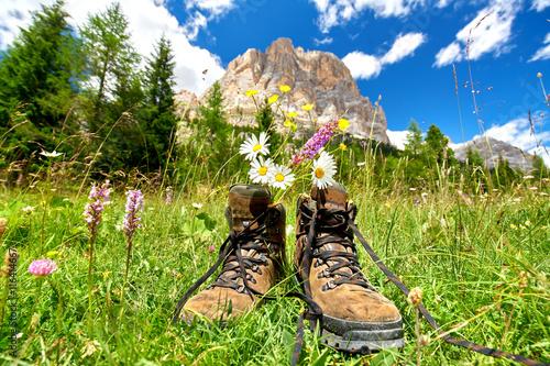 Foto  Pause bei der Bergwanderung, Wanderstiefel mit Blumen